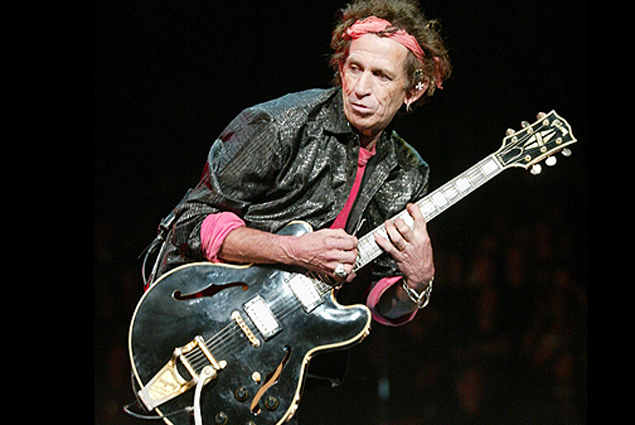 """Rolling Stones guitarist Keith Richards plays during the start of their concert in New York's Madison Square Garden as part of the 2002 """"Licks"""" tour, September 26, 2002. The Stones are playing a tour that contains a mix of arenas, stadiums and small theater venues.    REUTERS/Jeff Christensen"""